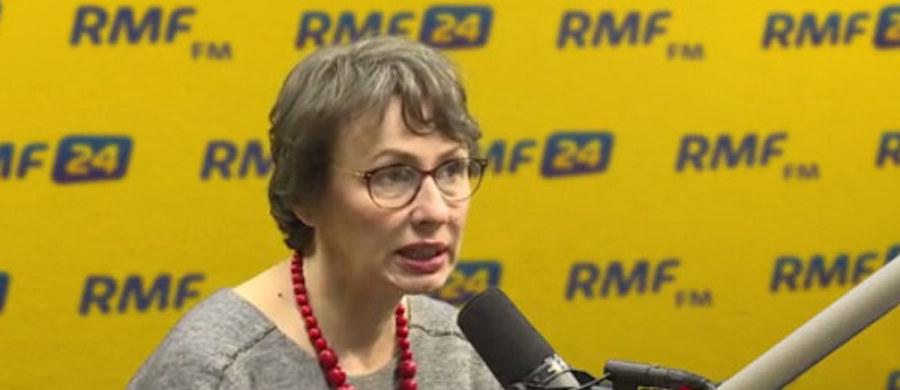 """""""Uważam, że jest to absurdalne. (…) Podstawową rzeczą jest to, że nie ma żadnych związków pomiędzy dzisiejszą rzeczywistością a rzeczywistością stanu wojennego. Po prostu nie ma. Nie ma co opowiadać głupot"""" - mówiła w Porannej rozmowie w RMF FM działaczka opozycji demokratycznej w PRL Agnieszka Romaszewska-Guzy, komentując planowane dzisiaj, w rocznicę wprowadzenia stanu wojennego, manifestacje przeciwko rządom PiS. Odnosząc się do postaci posła Stanisława Piotrowicza, stwierdziła: """"Uważam, że on nie jest jakąś osobą odrażającą moralnie. (…) Skaza jest, ale mamy więcej ludzi ze skazą w naszym życiu politycznym we wszystkich partiach"""". Pytana, czy ludzie poprzedniego systemu, np. tajni współpracownicy SB, powinni być dzisiaj w życiu publicznym, podkreśliła: """"Minęło tak wiele lat, że troszkę jest to już musztarda po obiedzie. To oczywiście nie znaczy, że nie ma znaczenia, co człowiek robił - moim zdaniem, to ma znaczenie - ale ma znaczenie również to, co robił przez ostatnie 27 lat""""."""