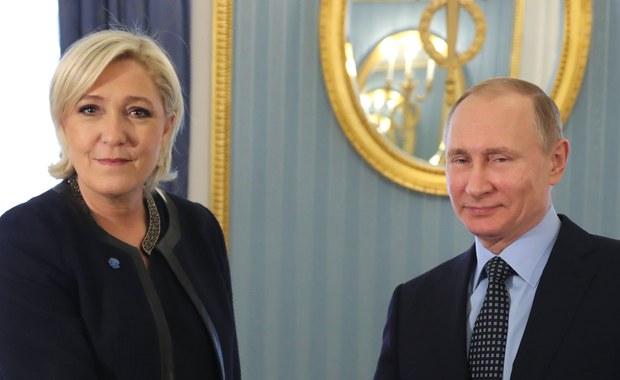 Marine Le Pen, szefowa skrajnie prawicowego Frontu Narodowego i kandydatka w wyborach prezydenckich we Francji zapowiedziała w Moskwie, że jeśli wygra wybory, będzie rozważać, co mogłaby zrobić w celu szybkiego zniesienia sankcji unijnych wobec Rosji. Le Pen poinformowała o tym w rozmowie z prasą po spotkaniu z prezydentem Rosji Władimirem Putinem.