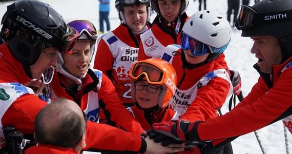 Antek Wiercioch, zaledwie 12-letni reprezentant naszego kraju, dokonał czegoś niesamowitego. Zdobył dwa srebrne medale w gigancie i slalomie rywalizując z zawodnikami w wieku 20 lat. Antoś, który pochodzi z Zakopanego jest najmłodszym członkiem polskiej reprezentacji na Światowe Igrzyska Olimpiad Specjalnych, które odbywają się w austriackim Schladming. Jest także jednym z trzech najmłodszych uczestników igrzysk.