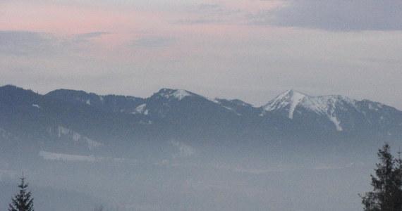 W rejonie Niskiej Przełęczy w Tatrach Zachodnich zeszła w sobotę lawina śnieżna w kierunku Doliny Jarząbczej. Początkowo były przypuszczenia, że pod śniegiem znajduje się człowiek, jednak ratownicy po sprawdzeniu lawiniska nikogo nie odnaleźli - poinformował TOPR.