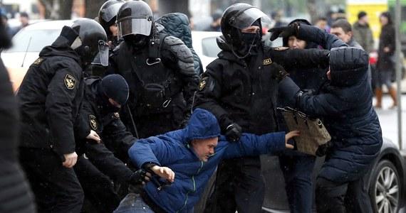 Opozycja protestowała na Białorusi w związku z obchodzonym w sobotę Dniem Wolności. Demonstracje oficjalnie są nielegalne w kraju rządzonym przez Alaksandra Łukaszenkę, jednak protesty były połączone z legalną manifestację przeciwko tzw. dekretowi o pasożytnictwie. Milicja w Mińsku rozproszyła jednak kordon demonstrantów i zatrzymała kilkaset osób.