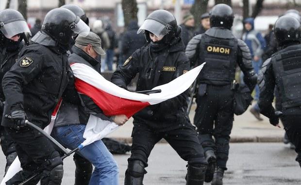 """Działania milicji podczas sobotniego protestu w Mińsku były """"adekwatne"""", protest nie miał pokojowego charakteru i był nielegalny, a wobec narastającego zagrożenia terrorystycznego w Europie władze muszą być czujne - oświadczył przedstawiciel białoruskiego MSZ."""