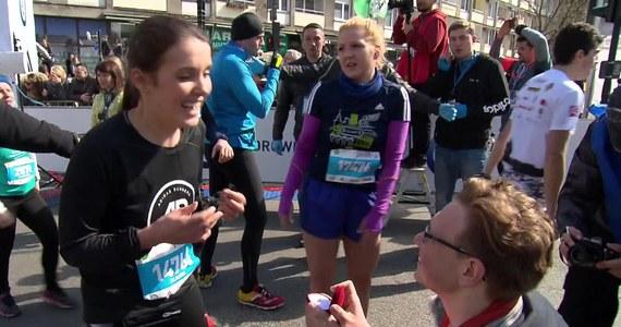 Niecodzienne wydarzenie na mecie wczorajszego Półmaratonu Warszawskiego. Jedna z uczestniczek biegu, Klaudia Żebrowska, została poproszona przez swojego chłopaka o rękę.