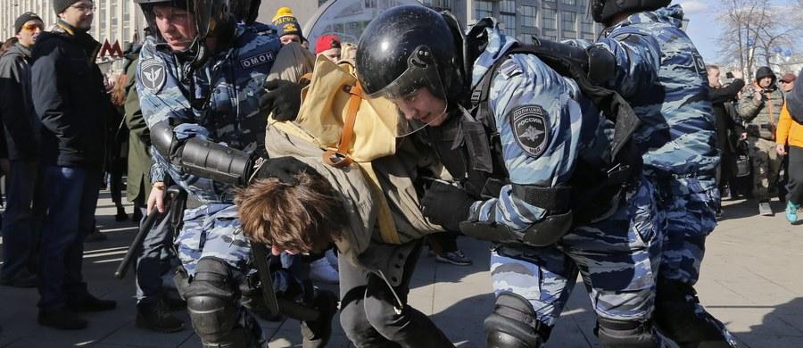 Ponad tysiąc osób zatrzymała wczoraj policja w Moskwie na demonstracji przeciw korupcji zwołanej przez opozycjonistę Aleksieja Nawalnego - podało radio Echo Moskwy. Na komisariatach spędziło noc 120 osób, w tym Nawalny i jego współpracownicy. To największa w ostatnich latach liczba zatrzymanych podczas protestów. Szacunki dotyczące zatrzymanych sporządza organizacja OWD-Info. Sąd w Moskwie skazał Nawalnego na 15 dni aresztu.