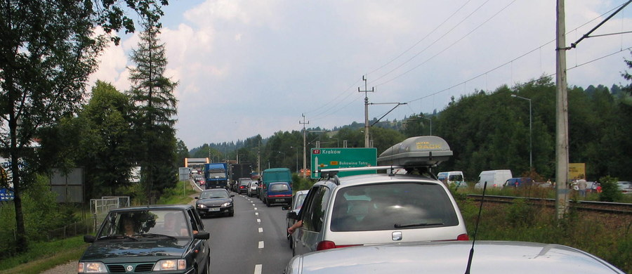 Duże zmiany w ruchu czekają kierowców podróżujących do Zakopanego. O godz. 13 ruch w Poroninie został przekierowany na tymczasowy most na potoku Poroniec. Powodem jest budowa tunelu w tym miejscu.