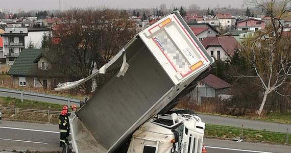 Nietypowe zdarzenie drogowe na drodze krajowej numer 94. W pobliżu Tarnowa wywrócił się samochód ciężarowy, który stanął niemal w pionowej pozycji. Na jezdnię z ciężarówki wysypał się przewożony przez nią piasek.
