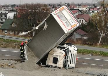 Tarnów: Ciężarówka stanęła niemal pionowo, nikt nie ucierpiał
