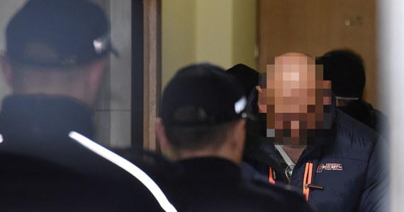"""O kolejne trzy miesiące warszawski sąd przedłużył areszt Arkadiuszowi Ł. ps. """"Hoss"""", który według śledczych jest liderem jednej z największych i najprężniej działających grup zajmujących się wyłudzaniem pieniędzy tzw. metodą na wnuczka. Ł. przebywa obecnie w areszcie na warszawskiej Białołęce. W poniedziałek został doprowadzony do Sądu Rejonowego dla Warszawy-Mokotów."""