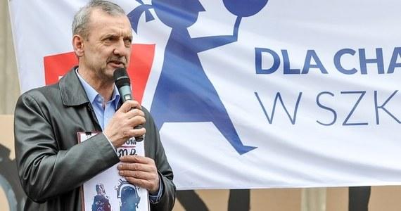 """""""Związek został zmuszony do zorganizowania tak dramatycznego wydarzenia, jakim jest strajk"""" – oświadczył prezes Związku Nauczycielstwa Polskiego Sławomir Broniarz podczas konferencji prasowej zorganizowanej w Warszawie wspólnie z partią Razem. Wyjaśnił, że piątkowy strajk będzie prowadzony w przedszkolach, szkołach podstawowych, gimnazjach oraz szkołach ponadgimnazjalnych. Ocenił, że udział w nim weźmie kilkanaście tys. placówek. """"Wszystkim, którzy wezmą udział w tym wydarzeniu - bardzo dramatycznym, bardzo spektakularnym, ale niestety koniecznym - chcę serdecznie podziękować i zachęcić ich do wytrwania i do tego, (...) aby nie dali się zastraszyć bezprzykładnej nagonce ze strony kuratorów oświaty i - o zgrozo! - także przedstawicieli """"Solidarności"""", związku o ogromnych tradycjach i dorobku, który sprzeniewierzył się idei braci związkowej"""" – dodał."""