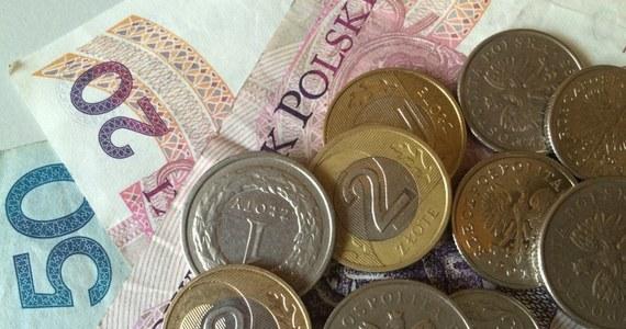 """Agencja ratingowa Moody's podwyższyła szacunek PKB Polski na 2017 r. do 3,2 proc. rok do roku z 2,9 proc. rdr prognozowanych w styczniu. """"To efekt polityki rządu PiS oraz synergii pomiędzy przedsiębiorcami, a tym co robi rząd"""" - skomentował rzecznik rządu Rafał Bochenek. Tymczasem wicepremier Mateusz Morawiecki stwierdził, że """"ocena perspektyw polskiej gospodarki ze strony Moody's jest zbyt ostrożna"""". """"Wzrost będzie jeszcze wyższy"""" - dodał."""