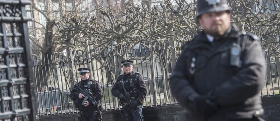 Brytyjska policja, badająca zamach z ubiegłego tygodnia w Londynie, nie znalazła dowodów na związki sprawcy, Khalida Masooda, z Państwem Islamskim (IS) albo Al-Kaidą. Jest jednak jasne, że wykazywał on zainteresowanie dżihadem. W ataku w Londynie zginęło pięć osób, w tym zamachowiec.
