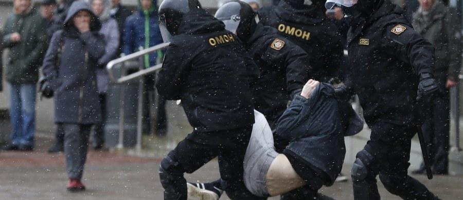 Sąd w Mińsku skazał w poniedziałek opozycjonistę Alesia Łahwińca, zatrzymanego 23 marca, na 10 dni aresztu. Dzianisa Sadouskiego z Białoruskiej Chrześcijańskiej Demokracji, zatrzymanego w sobotę, sąd ukarał karą grzywny w wysokości 1840 rubli (ok. 3800 zł).
