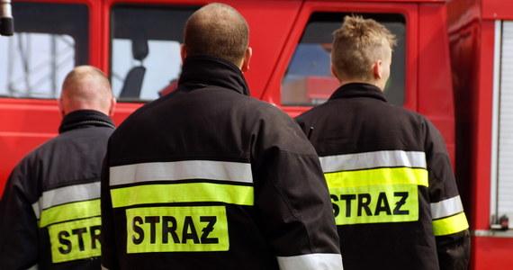Pożar w Słupcy w Wielkopolsce mógł skończyć się tragicznie, gdyby nie bohaterski strażak. Ogień w budynku pojawił się rano. Na miejsca natychmiast przyjechały służby. Akcja nie polegała jedynie na opanowaniu płomieni. Na balkonie na czwarty piętrze utknęła 77-letnia kobieta. Jeden z ratowników ruszył jej na pomoc - podał jej tlen i sprowadził po drabinie na ziemię. 77-latka trafiła do szpitala.