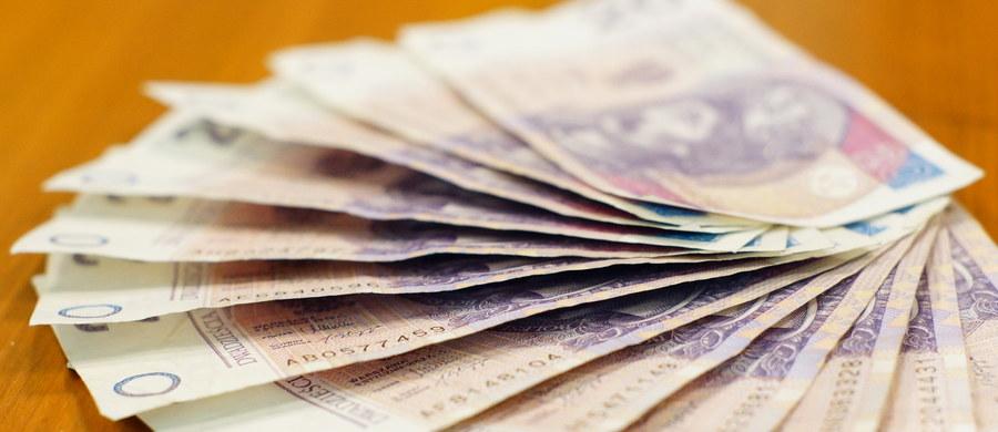 Firmy podnoszą pensje pracownikom, ale niezwykle powoli. W niektórych regionach kraju sytuacja wciąż przypomina raczej tę sprzed kilkunastu lat. Ile zarabiają Polki i Polacy?