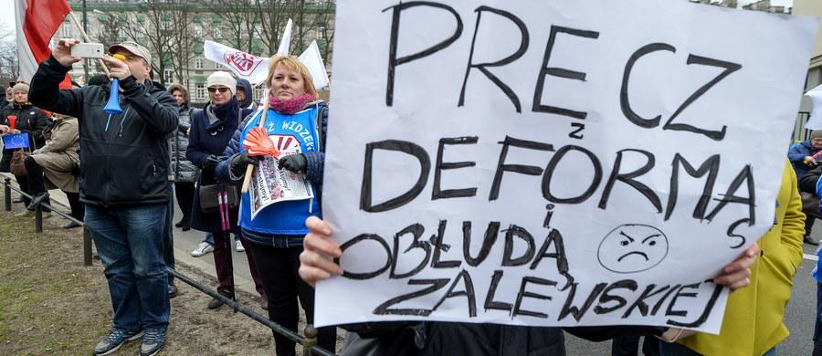 Nie będzie lekcji w wielu szkołach w ostatnim dniu marca – w piątek ogólnopolski Strajk w Oświacie. Prezes ZNP Sławomir Broniarz mówił w poniedziałek, że protest jest konieczny. Dziś sprawdzamy, ile placówek i w jakim zakresie przyłączy się do akcji.