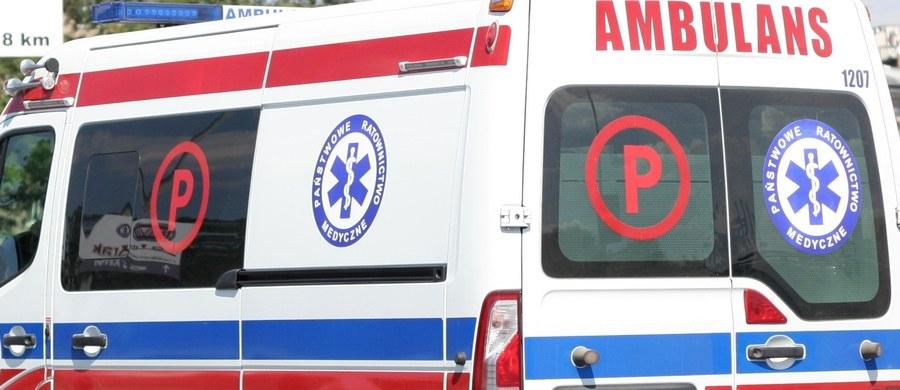 Dwaj bracia z Katowic zawarli zakład, który okazał się bardzo groźny w skutkach. Jeden z nich w ciężkim stanie leży w szpitalu. Mężczyzna został porażony prądem.