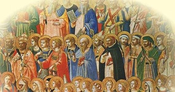 1 listopada katolicy obchodzą uroczystość Wszystkich Świętych. To jednocześnie czas zadumy i radości, bo Ci, którzy odeszli, są już w Domu Ojca. I dlatego proponujemy Wam trochę uśmiechu w tym pełnym refleksji dniu. Rozwiążcie quiz i sprawdźcie, czego o świętych nie wiecie :)