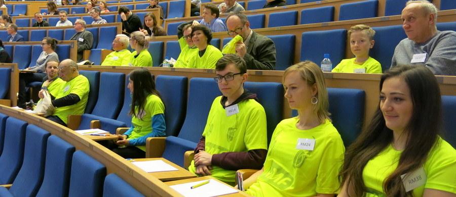 W sobotę z arcytrudnym dyktandem zmierzyło się kilkaset osób. W Auditorium Maximum Uniwersytetu Jagiellońskiego, gdzie odbyło się III Dyktando Krakowskie, była także reprezentacja RMF FM, w której skład wchodzili dziennikarze RMF FM, Słuchacze, a także Użytkownicy wortalu RMF24.pl. Najlepszym w drużynie okazał się pan Stanisław Gajos. A najmłodszy uczestnik w naszej grupie miał zaledwie 11 lat.