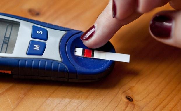 """Bez zastrzyków z insuliną, bez nadmiernych ograniczeń w spożyciu cukru -  """"New Scientist"""" informuje o nowych nadziejach dla osób cierpiących na cukrzycę typu 2. Badacze z University of California w San Diego opracowali lek, który cofa objawy cukrzycy u myszy, zwiększając wrażliwość ich organizmu na insulinę i w ten sposób umożliwiając kontrolę poziomu cukru. Jeśli kolejne testy się powiodą codzienne tabletki mogą za jakiś czas uchronić chorych przed powikłaniami i... codziennymi zastrzykami."""