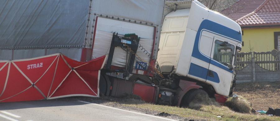 Na wtorek i środę zaplanowano przeprowadzenie sekcji zwłok ofiar tragicznego wypadku w Pawłowie, w którym wczoraj zginęło 5 osób. Życiu czterech rannych, którzy ucierpieli w zderzeniu busa z tirem w okolicach Mławy, nie zagraża niebezpieczeństwo.