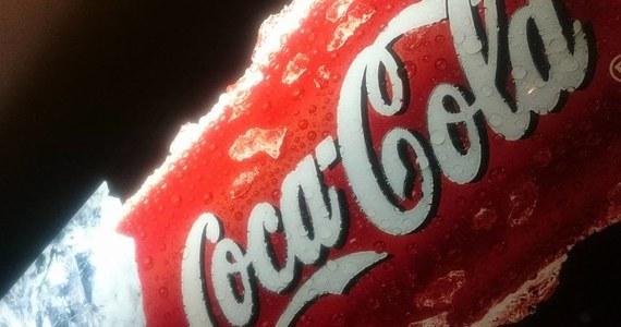 Szokującego odkrycia dokonano w jednej z fabryk Coca-Coli w Irlandii Północnej. W ubiegłym tygodniu w puszkach z napojem znaleziono... ludzkie odchody. Policja wszczęła już w tej sprawie śledztwo. Koncern zapewnia, że był to jednorazowy incydent, i że cała partia została już wycofana.