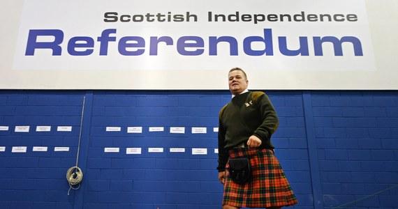 Brytyjski rząd oświadczył, że nie będzie podejmował negocjacji na temat propozycji szkockiego rządu ws. przeprowadzenia drugiego referendum niepodległościowego pod koniec 2018 lub na początku 2019 roku. Byłoby nieuczciwe wobec mieszkańców Szkocji, aby prosić ich o podjęcie ważnej decyzji bez niezbędnych informacji na temat naszych przyszłych stosunków z Europą, ani jak niepodległa Szkocja mogłaby wyglądać - czytamy w oświadczeniu brytyjskiego rządu.