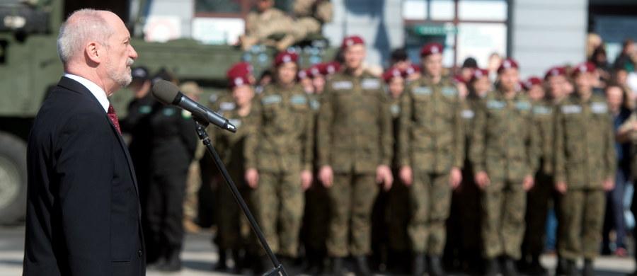 """Ministerstwo Obrony Narodowej de facto potwierdziło nasze informacje - w odpowiedzi przesłanej o 23:39 przez MON na moje pytania pierwsze zdanie o tym, że """"Nie jest prawdą, że Polska wycofuje się z Eurokorpusu (EC)"""" zaprzecza drugiemu: """"Polska jedynie zrezygnowała z ubiegania się o status państwa ramowego w dowództwie Eurokorpusu oraz stopniowo zredukuje w perspektywie 3-4 lat swój wkład"""". Po całej serii wcześniejszych dementi polityków PiS - MON przyznaje się do wycofywania z Eurokorpusu."""