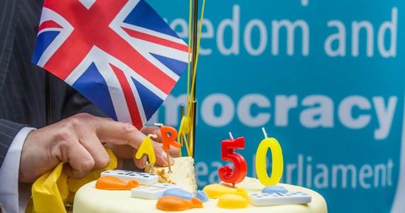 To wydarzenie historyczne. Nigdy wcześniej żaden kraj członkowski nie dał wypowiedzenia Unii Europejskiej. Dziś składając list na ręce przewodniczącego Rady Europejskiej Donalda Tuska, Wielka Brytania wystąpiła o rozwód. Powód? Przeprowadzone w ubiegłym roku referendum, w którym ponad 52 proc. Brytyjczyków poparło wyjście ze Wspólnoty. Uruchomienie art. 50 Traktatu Lizbońskiego, który reguluje tę procedurę, jest pierwszym krokiem na długiej drodze negocjacji. Mają one ustalić nowe relacje Londynu z Brukselą i utorować drogę do przyszłych kontaktów handlowych. Potrwają dokładnie dwa lata. Jak każde takie rozmowy powinny zakończyć się kompromisem. Jeśli nie uda się go wypracować, Brytyjczycy odwrócą się na pięcie i odejdą w nieznane. Nikt wcześniej nie zasiadał do takich rozmów przy stole w Brukseli.