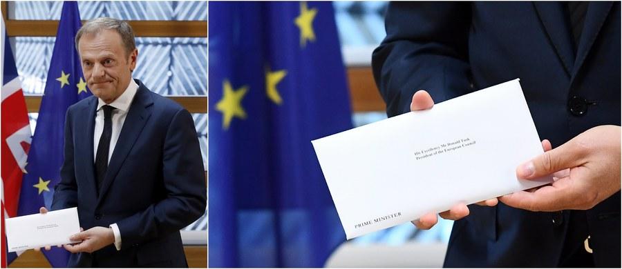 """Brytyjski ambasador przy UE sir Tim Barrow przekazał przewodniczącemu Rady Europejskiej Donaldowi Tuskowi list uruchamiający procedurę Brexitu. Z kolei premier Theresa May poinformowała o rozpoczęciu procedury brytyjską Izbę Gmin. """"Dzisiaj rząd realizuje demokratyczną wolę narodu i tego parlamentu"""" - podkreśliła. Tusk zaznaczył zaś: """"Nie ma powodu, żeby udawać, że to szczęśliwy dzień, zarówno w Brukseli, jak i Londynie""""."""