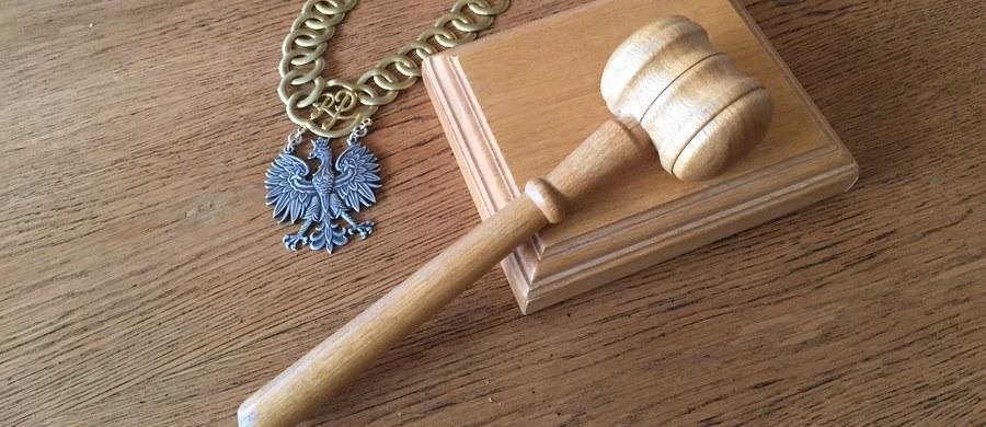 Krakowska prokuratura skierowała do sądu akt oskarżenia w sprawie zabójstwa przeciwko Łukaszowi W. Oskarżony został zatrzymany w Hiszpanii na podstawie Europejskiego Nakazu Aresztowania – poinformował w środę rzecznik Prokuratury Okręgowej w Krakowie prok. Janusz Hnatko. Do zabójstwa doszło w październiku 2005 r. w wyniku awantury w jednym ze studenckich klubów w stolicy Małopolski.