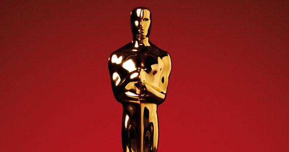 """Władze Amerykańskiej Akademii Filmowej zdecydowały, że nie zakończą współpracy z firmą PricewaterhouseCoopers, której przedstawiciele liczyli głosy, a później wydawali koperty z nazwiskami zwycięzców podczas 89. gali rozdania Oscarów - podaje """"Variety"""". Przypomnijmy, że ceremonia zakończyła się wpadką - najpierw ogłoszono, że najlepszym filmem został """"La La Land"""" Damiena Chazelle, a po chwili sprostowano, że chodzi jednak o """"Moonlight"""" Barry'ego Jenkinsa. O sprawie pisze na swoich stronach internetowych """"Variety"""". Na razie nie ma oficjalnego potwierdzenia od przedstawicieli Akademii."""
