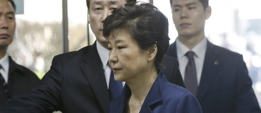 Sąd w Seulu odpowiedni dla dystryktu centralnego, przed którym stawiła się w czwartek rano byłą prezydent Park Geun Hie, zaaprobował wniosek prokuratury z 27 marca i wydał nakaz jej aresztowania. Poinformowały o tym lokalne media.