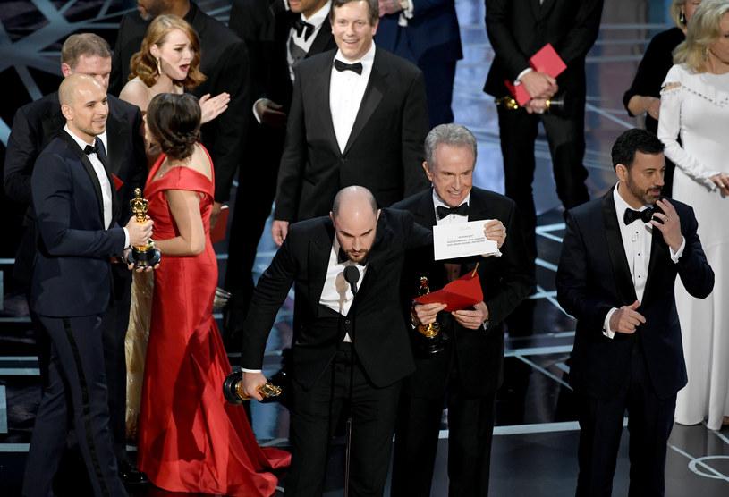 Władze Amerykańskiej Akademii Filmowej zdecydowały, że nie zakończą współpracy z firmą PricewaterhouseCoopers, której przedstawiciele liczyli głosy, a później wydawali koperty z nazwiskami zwycięzców podczas 89. gali rozdania Oscarów. Przypomnijmy, że ceremonia zakończyła się wielką wpadką.
