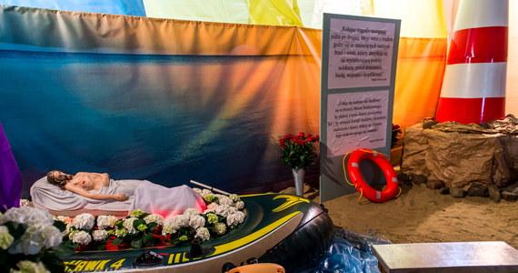 Jezus Chrystus w pontonie pojawił się w Grobie Pańskim w jednej z bydgoskich parafii. Kontrowersyjna instalacja ma nawiązywać do cierpienia uchodźców, którzy uciekająprzed wojną, przemocąi prześladowaniem.