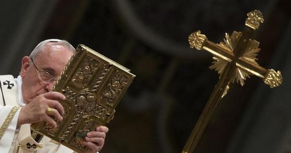 """Papież Franciszek przewodniczył w Wielką Sobotę mszy Wigilii Paschalnej. W homilii mówił, że Zmartwychwstanie nie jest """"faktem intelektualnym"""". """"To nie tylko poznanie, to coś o wiele więcej"""" - dodał. Apelował o pokorę, wyzbycie się obojętności i zarozumiałości. Mszę poprzedził obrzęd poświęcenia ognia i przygotowania paschału w przedsionku bazyliki Świętego Piotra."""