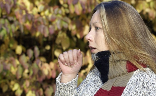 """Przeziębienie nie jest niczym przyjemnym, ale ludzie, którzy czują się samotni, przechodzą je jeszcze ciężej, niż inni - przekonują na łamach czasopisma """"Health Psychology"""" naukowcy z Rice University. Wyniki ich badań pokazały, że poczucie osamotnienia nie zwiększa samego ryzyka przeziębienia, ale wyraźnie pogarsza jego objawy."""
