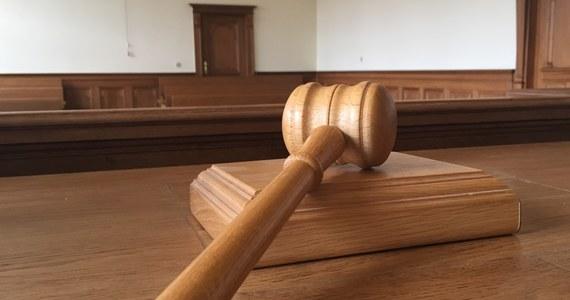 Na 12 lat więzienia skazał łódzki sąd 35-latka, który wykorzystywał seksualnie swoją córkę, a synowi pokazywał pornografię. Skazany dostał również 15-letni zakaz kontaktowania się z własnymi dziećmi.