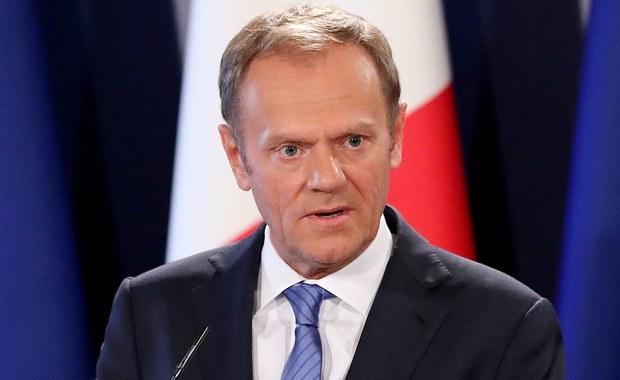 """Rozmowy w sprawie przyszłych relacji UE i Wielkiej Brytanii będą się mogły zacząć jeszcze przed Brexitem - zakłada projekt wytycznych przygotowany przez szefa Rady Europejskiej Donalda Tuska dla przywódców 27 państw unijnych. Tusk jednocześnie podkreślił, że Londyn musi musi respektować zobowiązania wobec Unii, ale nie jest to """"kara"""" za Brexit. Rzecznik brytyjskiej premier Theresy May oświadczył w odpowiedzi, że wytyczne to """"wersja robocza""""."""