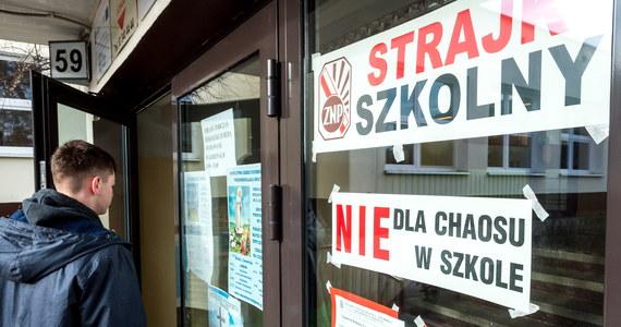 W piątkowym strajku pracowników oświaty uczestniczyło ok. 40 proc. przedszkoli i szkół - poinformował po południu organizator akcji, Związek Nauczycielstwa Polskiego. Jednak według danych Ministerstwa Edukacji Narodowej, zebranych za pośrednictwem kuratorów oświaty, było to ok. 11 proc. placówek.