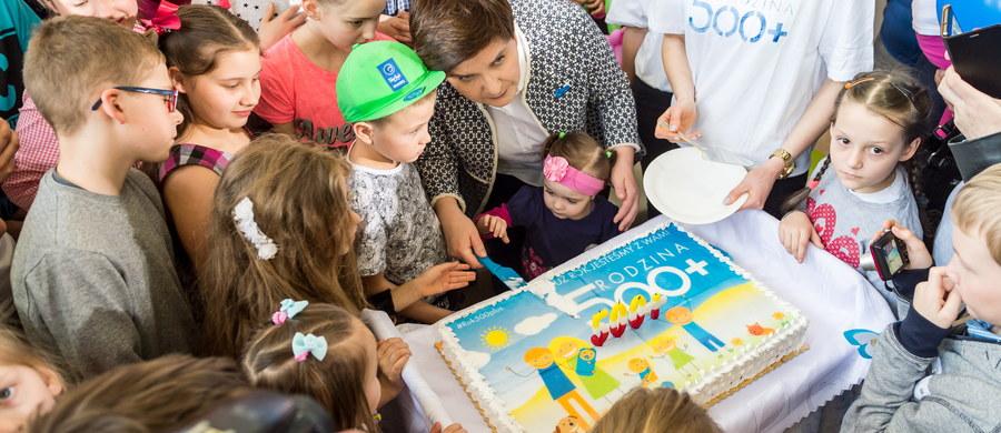"""Pieniądze z programu Rodzina 500 plus są doskonale inwestowane. Polskie rodziny wiedzą, jak te środki zainwestować - podkreśliła premier Beata Szydło podczas spotkania z mieszkańcami gminy Koneck w woj. kujawsko-pomorskim. Minister rodziny, pracy i polityki społecznej Elżbieta Rafalska informowała na początku marca, że program """"500 plus"""" objął 3 mln 820 tys. dzieci w wieku do 18 lat, a do rodzin trafiło ponad 19 mld złotych."""