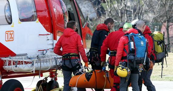 Tragiczny wypadek w Tatrach. W rejonie szlaku na Przełęcz pod Chłopkiem turystka prawdopodobnie się pośliznęła, po czym spadła z dużej wysokości. Zginęła na miejscu. Niemal w tym samym czasie - jak donosi reporter RMF FM Maciej Pałahicki - TOPR dostał zgłoszenie o lawinie, jaka zeszła z Koziego Wierchu w stronę Doliny Pięciu Stawów Polskich. Na szczęście po przeszukaniu lawiniska okazało się, że nikt nie został zasypany.