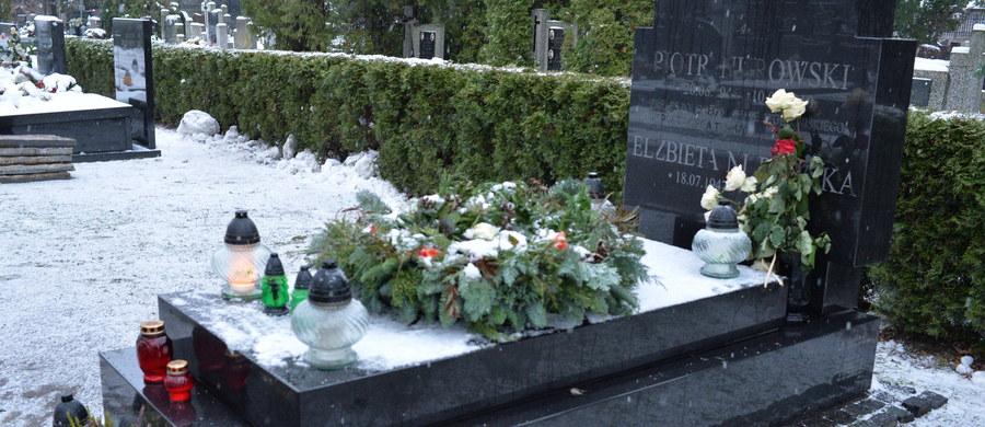 Podczas obecnych ekshumacji stwierdzono dwa przypadki zamiany ciał ofiar katastrofy smoleńskiej, a w 5 trumnach znaleziono fragmenty ciał innych osób - poinformował prokurator Marek Kuczyński z zespołu prokuratorów wyjaśniających okoliczności katastrofy smoleńskiej.