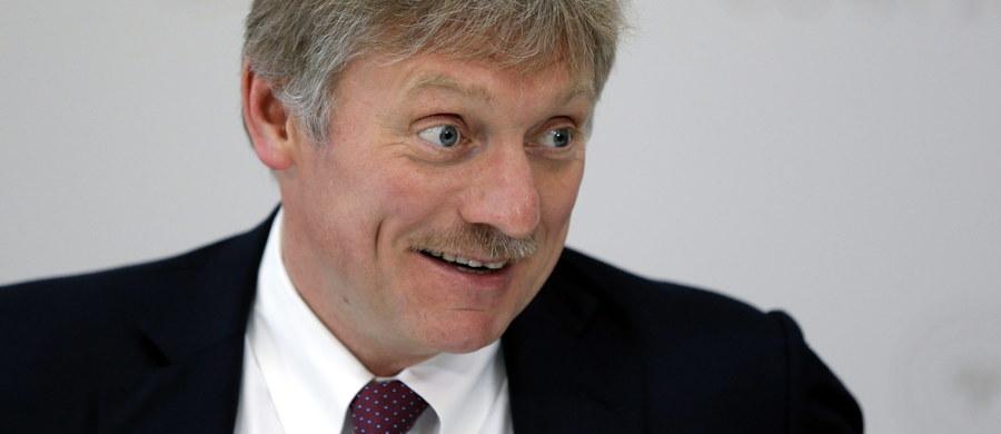 Kreml nie zgadza się z zarzutami kierowanymi przez polską prokuraturę pod adresem rosyjskich kontrolerów, których oskarża się o doprowadzenie do katastrofy lotniczej pod Smoleńskiej, w której zginął prezydent Polski Lech Kaczyński - pisze agencja TASS.