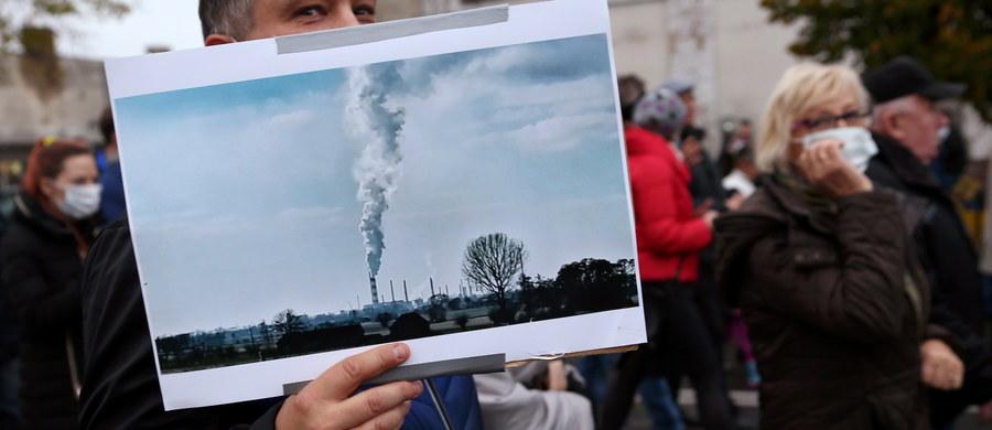 Do końca maja Prokuratura Okręgowa w Płocku przedłużyła śledztwo w sprawie zanieczyszczenia powietrza trującym benzenem. We wrześniu dopuszczalne normy zostały przekroczone ponad dziesięciokrotnie, a jakość powietrza - zgodnie z przyjętymi normami - była bardzo zła. Jak ustalił reporter RMF FM Michał Dobrołowicz, główny powód to konieczność sprawdzenia dodatkowych dokumentów z działającego na miejscu zakładu rafineryjno-petrochemicznego. Chodzi o materiały dotyczące okresu tuż przed remontem i samego remontu, w czasie którego odnotowano wysokie przekroczenie norm benzenu.