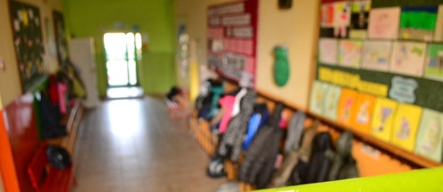 W szkole podstawowej w Strzebielinie niedaleko Wejherowa w województwie pomorskim wczesnym popołudniem w czasie lekcji zerwał się sufit podwieszony w szkolnym holu. Na miejscu pracuje straż pożarna, prawdopodobnie nic się nikomu nie stało.