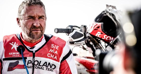 """Drugi, najdłuższy etap tegorocznej edycji Abu Dhabi Desert Challenge dał w kość wszystkim zawodnikom. """"Podczas ostatniego Dakaru, zawodnicy na mecie jednego z odcinków przewracali się z motocyklami i zanim ruszyli na biwak, spędzali trochę czasu w samochodach-chłodniach. Dziś było podobnie. Na mecie byłem kompletnie wycieńczony, ale mam też ogromną satysfakcję"""" - przyznał Rafał Sonik, który osiągając drugi czas został liderem zmagań w Emiratach."""