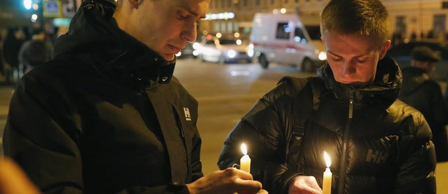 W wybuchu w metrze w Petersburgu zginęło w poniedziałek 11 osób, a ok. 50 zostało rannych. Komitet Śledczy Rosji wszczął śledztwo dotyczące aktu terrorystycznego. Według rosyjskich mediów, powołujących się na źródło w siłach bezpieczeństwa, ładunek wybuchowy został zdetonowany przez zamachowca samobójcę, młodego mężczyznę pochodzącego z Azji Centralnej.