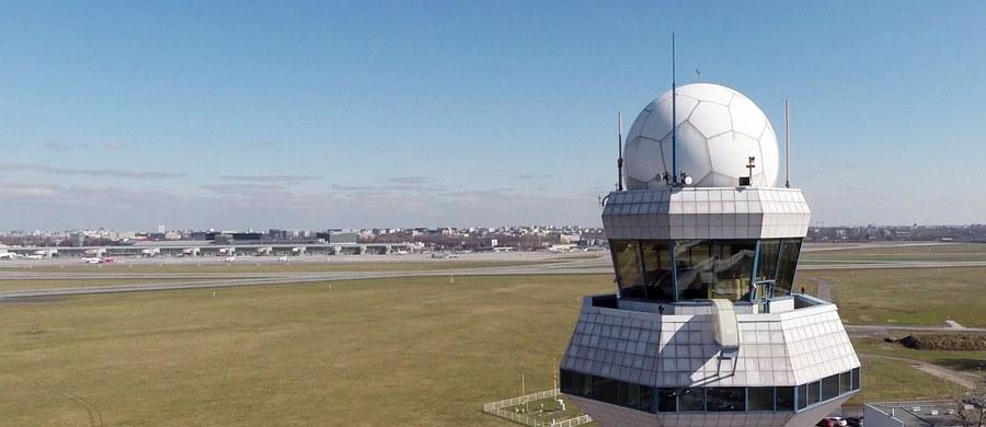 Incydent na lotnisku Chopina na warszawskim Okęciu. Samolot linii Qatar Airways uderzył skrzydłem w lotniskowy rękaw.