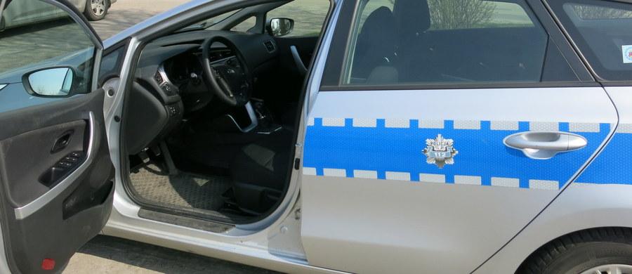 9 osób, w tym dyrektor Zarządu Dróg Miejskich w Poznaniu i jego zastępca oraz były dyrektor tej jednostki i jego zastępca, usłyszało zarzuty poświadczenia nieprawdy w związku z budową parkingów przy komendach wojewódzkiej i miejskiej - dowiedział się reporter RMF FM. Według CBA spowodowali w ten sposób szkodę w majątku miasta w wysokości prawie 800 tysięcy złotych.