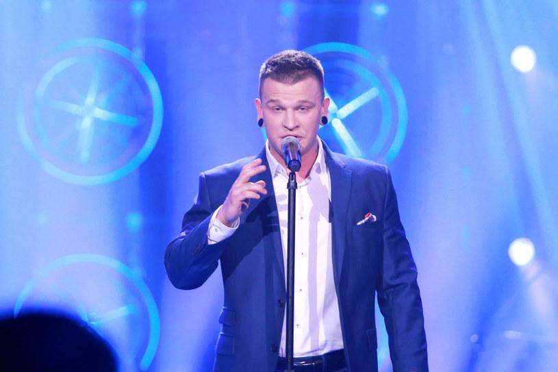 """Jakub Krystyan do etapu klubowego w """"Idolu"""" awansował nieco na wyrost, bo w teatrze zawiódł. Czy teraz wytrzyma presję? Zobaczcie przedpremierowo fragment środowego (5 kwietnia) odcinka."""